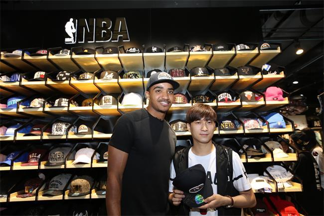 给NBA加上亮片、金属和印花,这家把NBA服装潮流化的商店在中国开了100家
