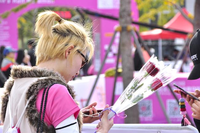 除了帅哥、鲜花和宝石,粉红色的女子马拉松还有什么