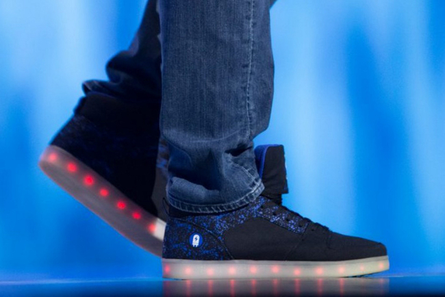"""""""发光鞋""""会成为今年的潮流?至少沃尔玛是这么想的"""
