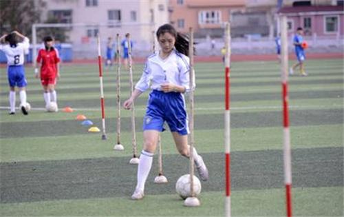 如果足球和姑娘是男人最爱追逐的两件事——那追一个女足姑娘不就好了?| 懒熊三缺一