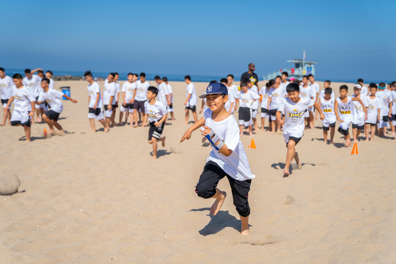 将近百名中国青少年带到美国特训,游道篮球靠什么打动科比和家长