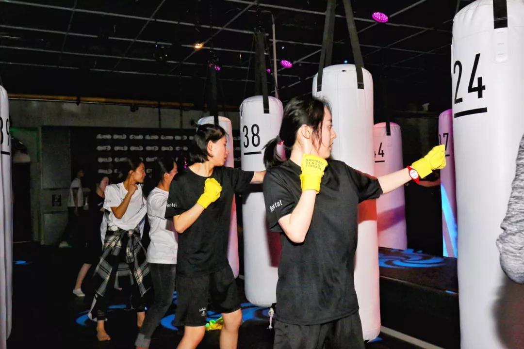 打拳就像蹦迪?主打暗黑系夜店风的日本精品拳击团课品牌b-monster首店落地上海 | 创业熊