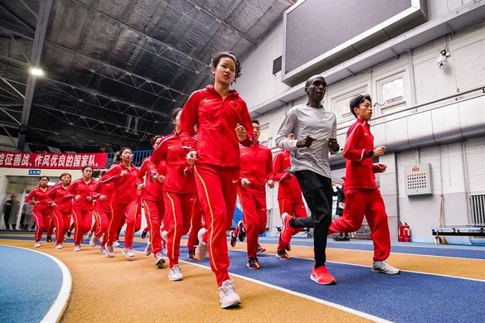 马拉松世界纪录保持者基普乔格造访北京,指导国家长跑集训队训练