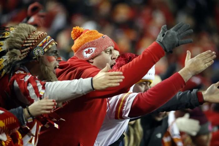 三大巨头87家资方逼NFL球队改名,背后是印第安人的87年抗争史