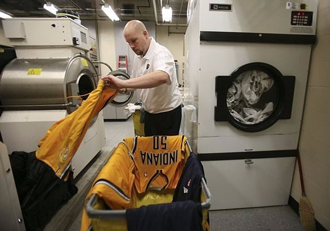 NBA球员打完比赛后,球衣谁洗?球鞋谁擦? | 懒熊涨姿势