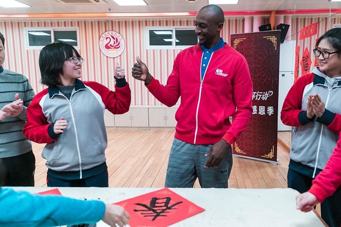 NBA新春贺岁:贾森·特里造访北京启喑实验学校