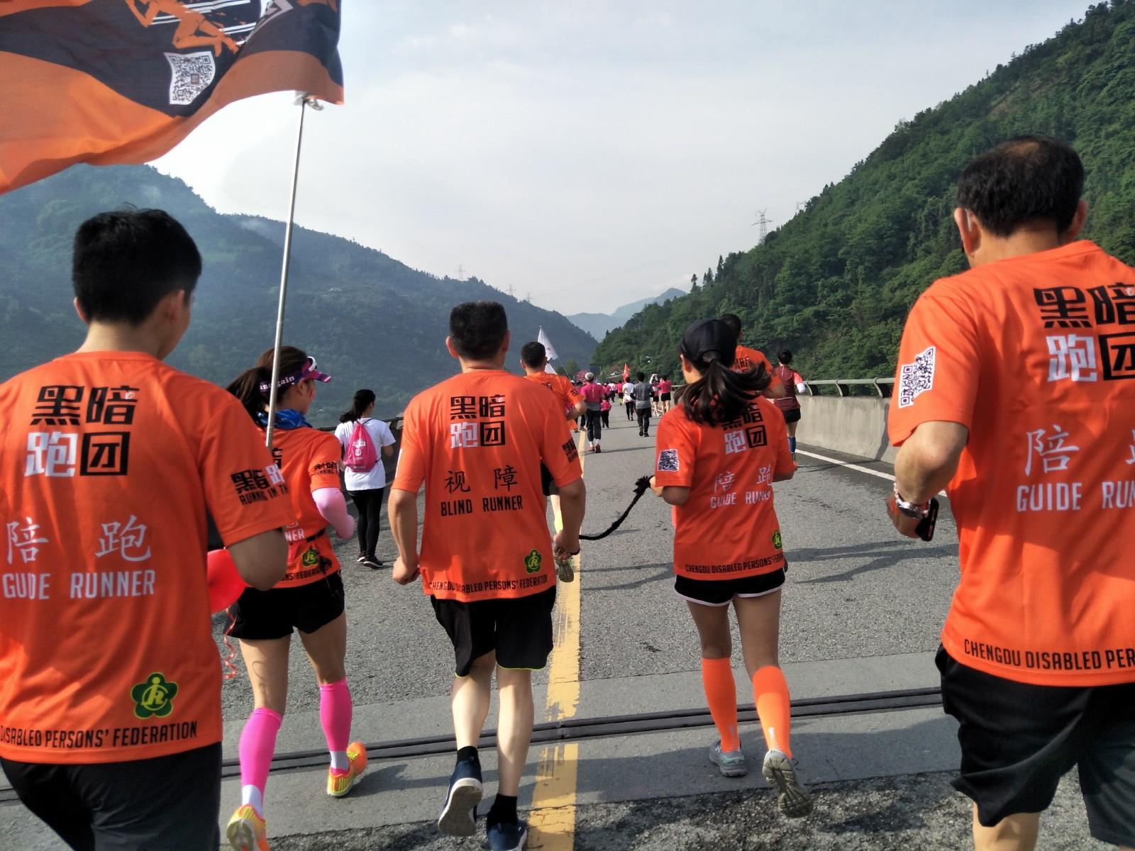 跑出光明:马拉松赛道上的盲人跑者们