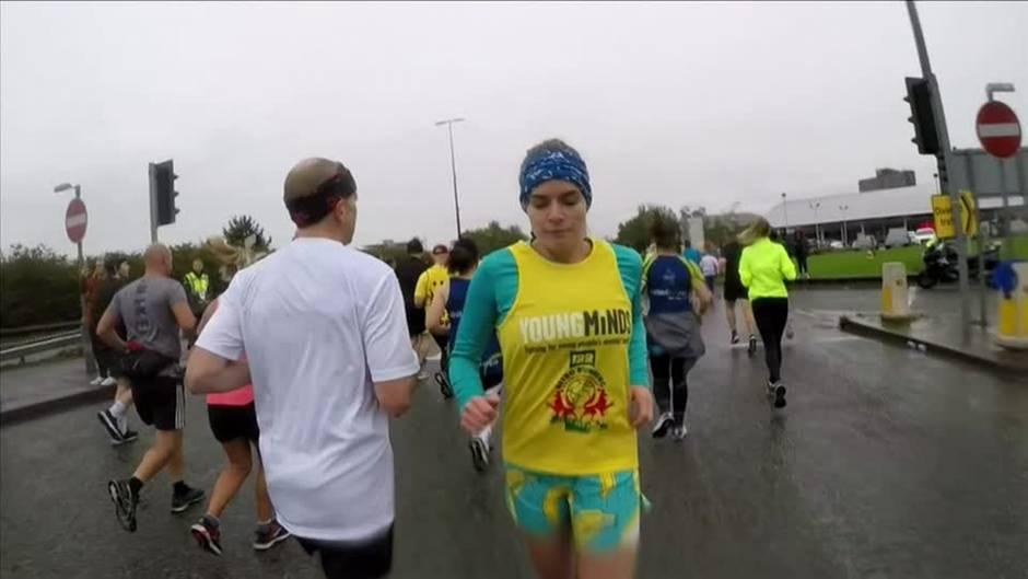 英国女子倒行跑完半马,刷新吉尼斯纪录