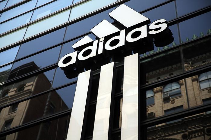 为更高效利用产能,阿迪达斯将把运动鞋生产线转移回亚洲