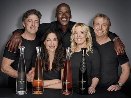 龙舌兰酒品牌Cincoro Tequila成为湖人队官方赞助商,珍妮·巴斯为该品牌创始人之一