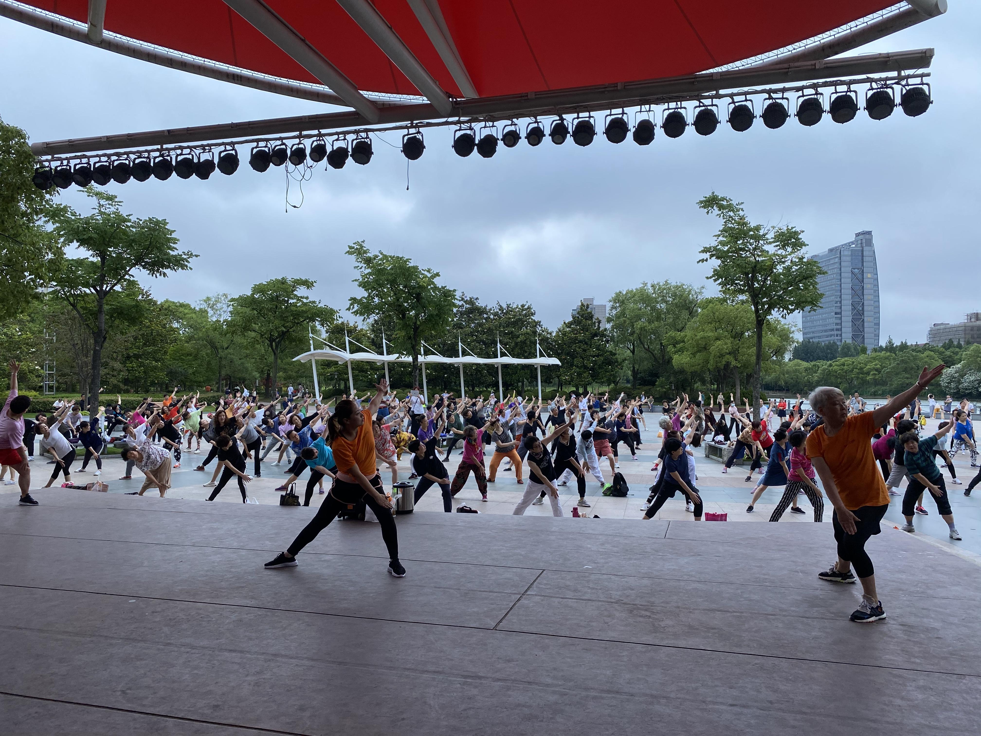 团课转到户外上,看看这家用户平均45岁的健身房怎么玩的